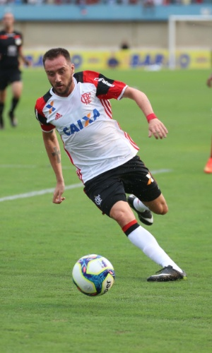Mancuello em ação no amistoso entre Flamengo e Vila Nova no Serra Dourada
