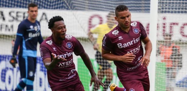 Jogadores do Caxias comemoram gol sobre o Grêmio no Campeonato Gaúcho