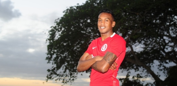 Edenílson veste a camisa do Internacional e é confirmado no clube
