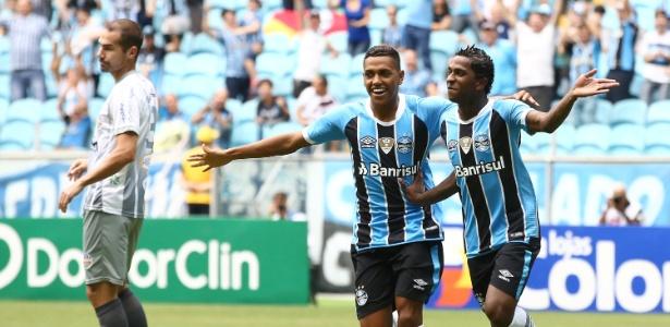 Miller Bolaños (d), do Grêmio, comemora gol com menos de 1 minuto contra o Veranópolis