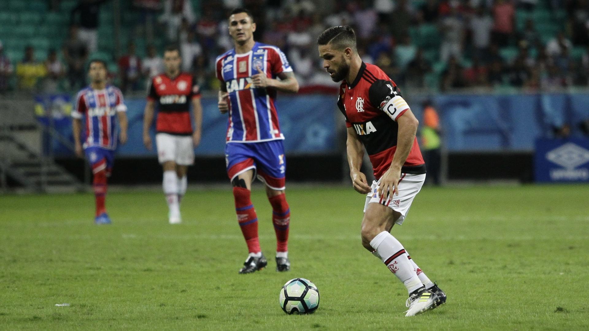 Diego, do Flamengo, domina a bola durante jogo contra o Bahia