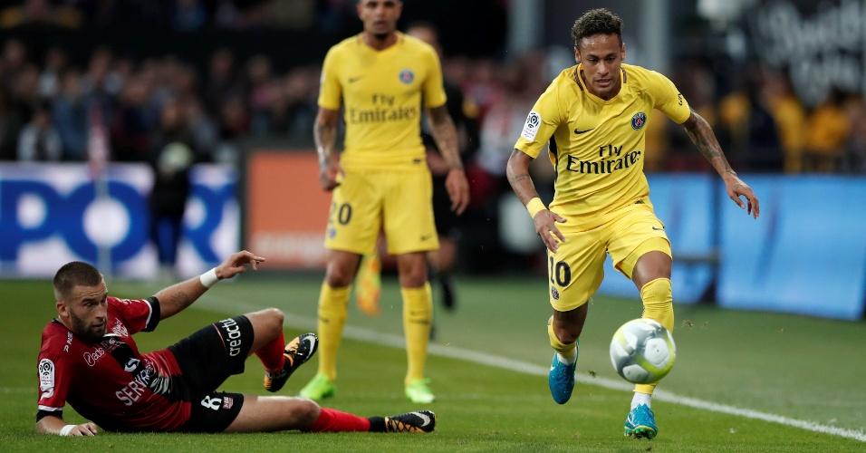 Neymar, do PSG, passa pela marcação de Lucas Deaux, do Guingamp