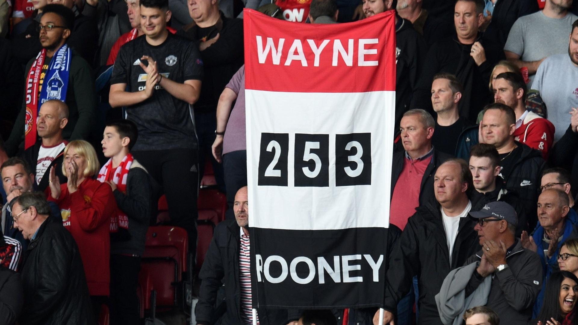 Torcida homenageia Rooney ao mostrar o número de gols que ele marcou pelo United