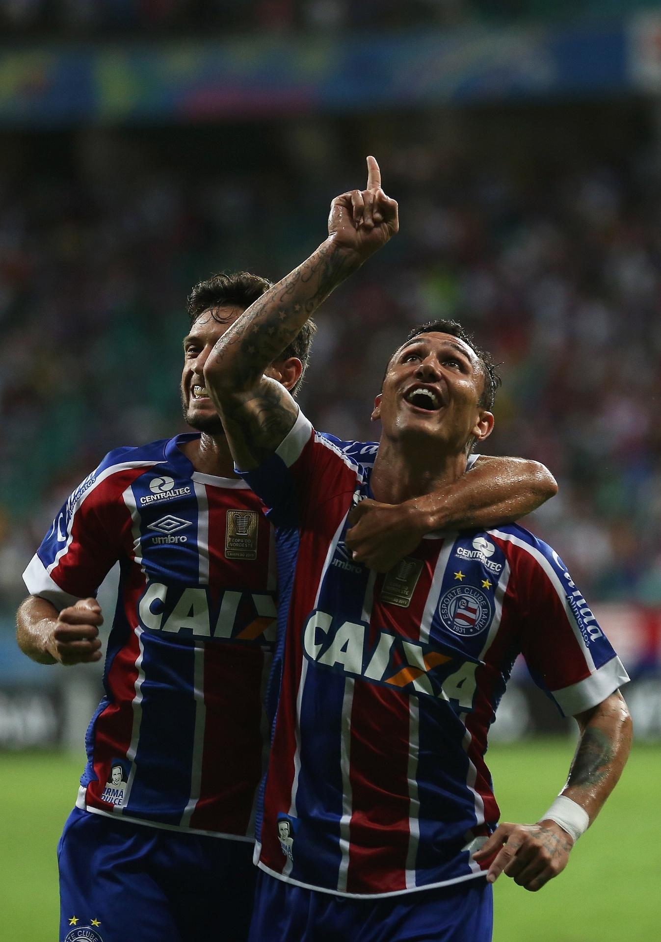 Vinicius Viana, do Bahia, comemora gol sobre o Corinthians