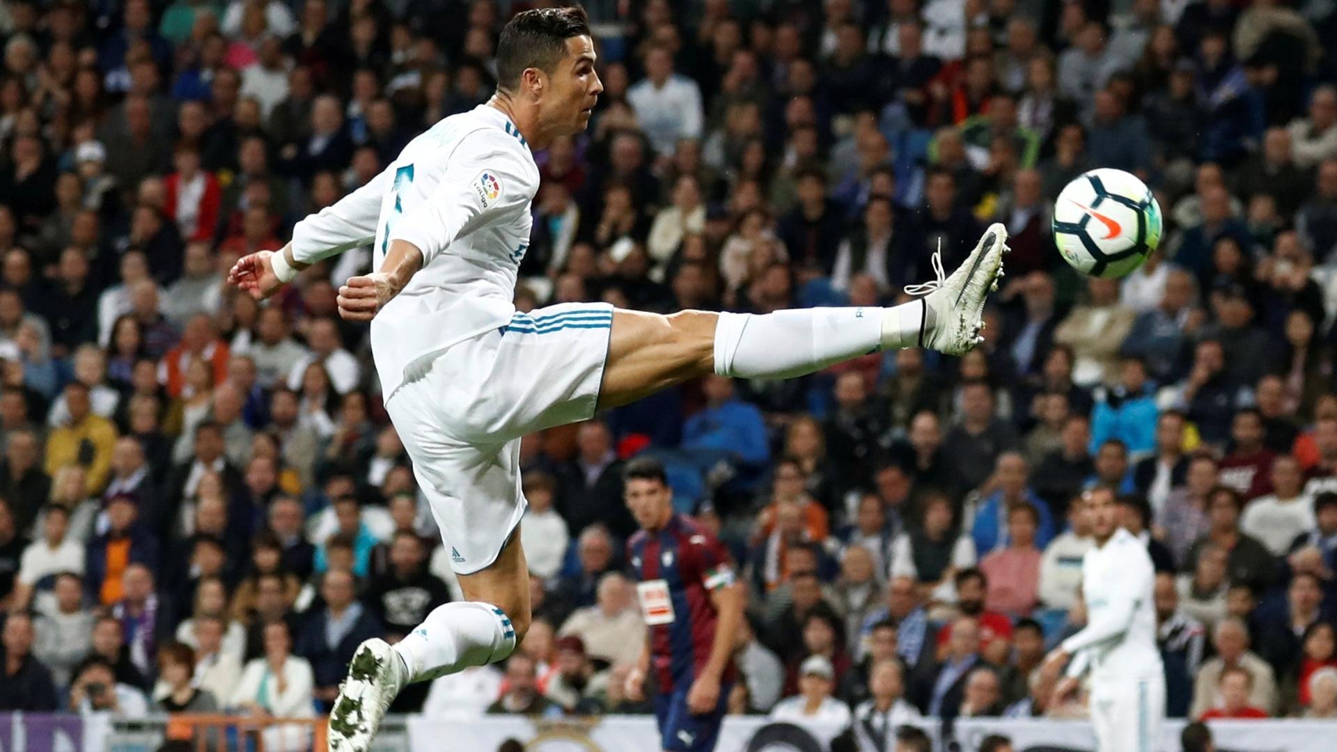 Cristiano Ronaldo se estica para alcançar a bola durante jogo do Real Madrid contra o Eibar