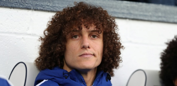 David Luiz no banco de reservas durante jogo contra o West Bromwich