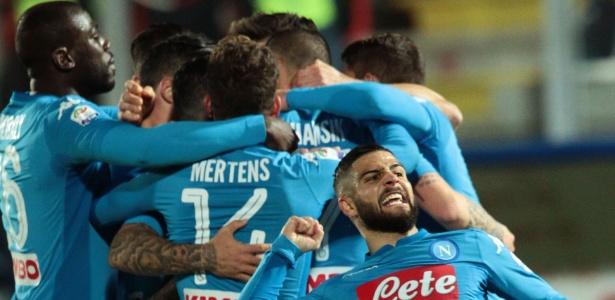 Jogadores do Napoli comemoram gol de Hamsik contra o Crotone