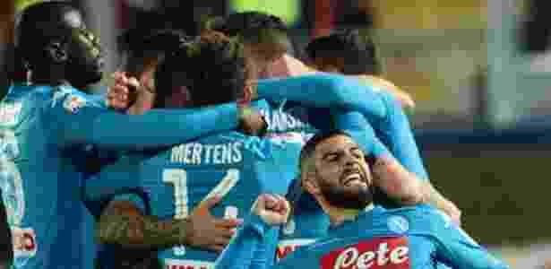 Jogadores do Napoli comemoram gol de Hamsik contra o Crotone - AFP PHOTO / CARLO HERMANN