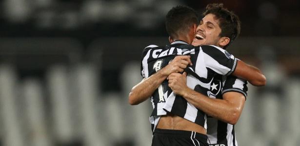 Igor Rabello abraça Matheus Fernandes; dupla tem permanência incerta no Botafogo - VITOR SILVA/SSPRESS/BOTAFOGO