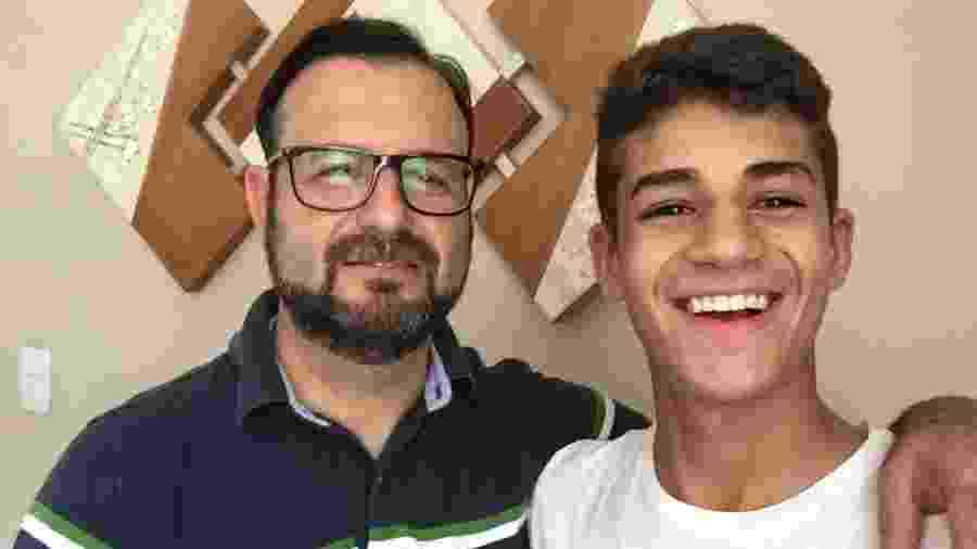 Renato Martins ao lado do filho Henrique Martins, atacante de 15 anos - Arquivo Pessoal