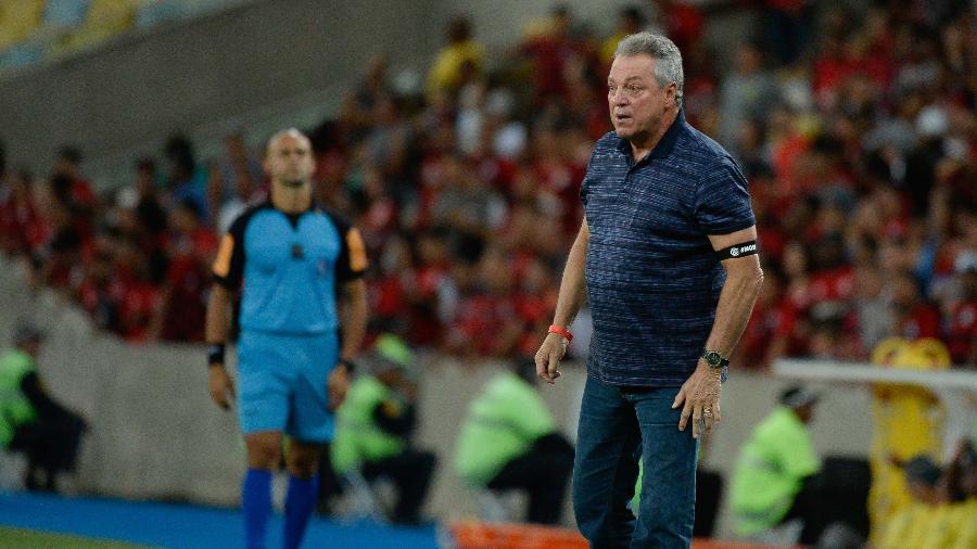 Abel Braga orienta o Flamengo em jogo que marcou a eliminação para o Fluminense - Alexandre Vidal/Flamengo
