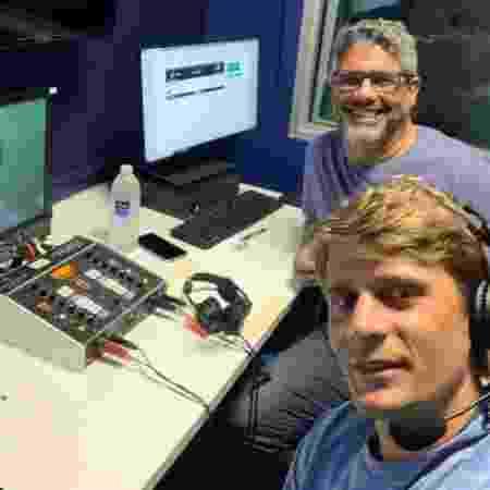Ao lado do narrador Delano Vaz, sua dupla mais frequente nas transmissões - Reprodução/Twitter
