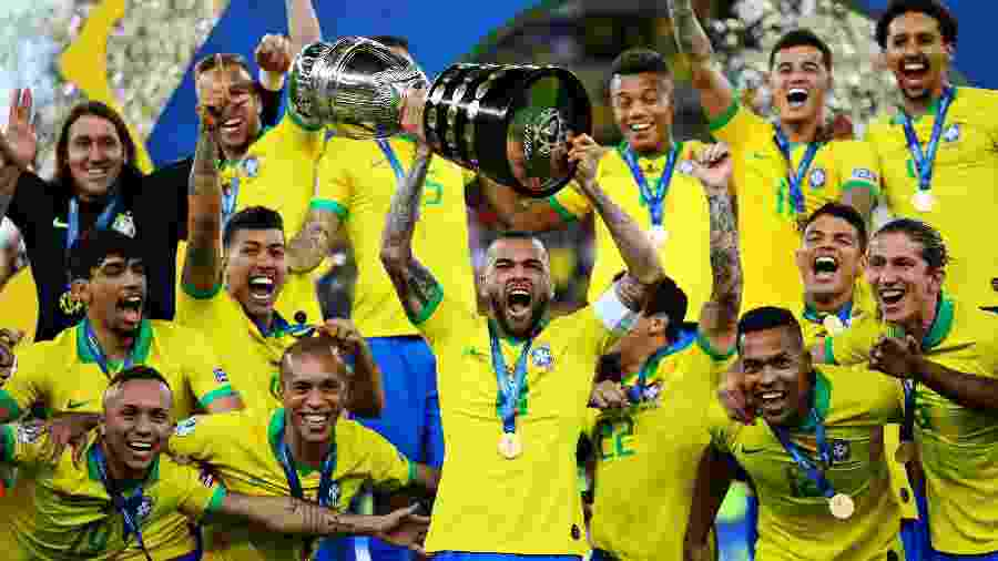 Daniel Alves levanta a taça após conquista da Copa América; Brasil venceu a edição de 2019 - Chris Brunskill/Fantasista/Getty Images