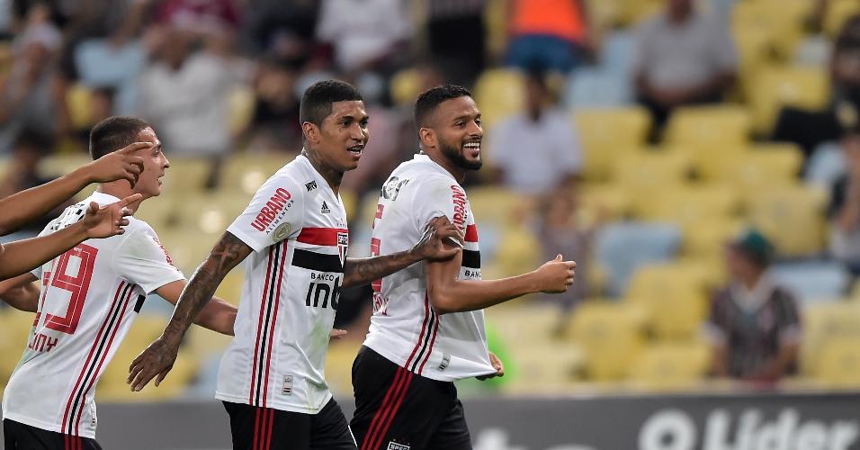 Reilnaldo jogador do São Paulo comemora seu gol com jogadores do seu time durante partida contra o Fluminense pelo Campeonato Brasileiro