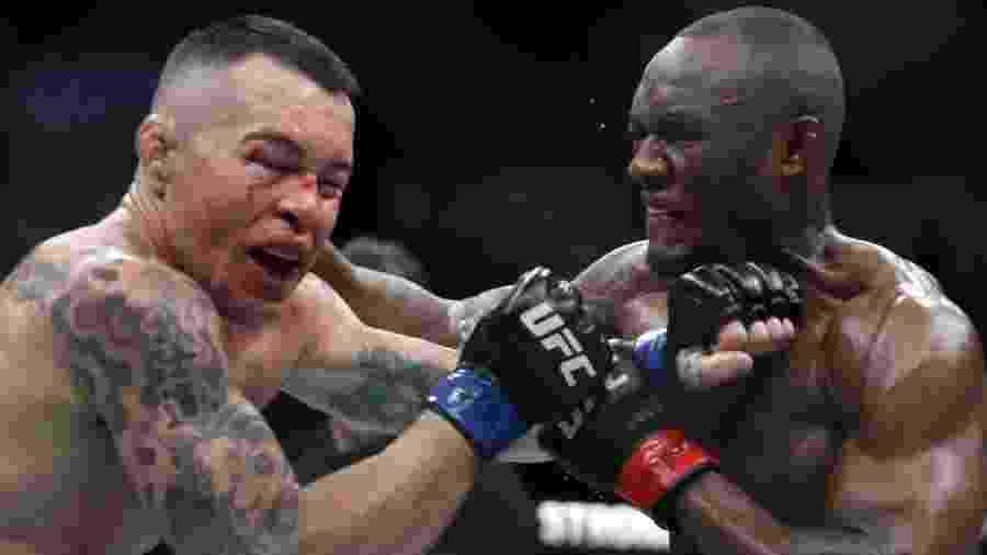 O nigeriano Kamaru Usman (à dir.) acerta soco no americano Colby Covington durante disputa de cinturão do UFC 245, em Las Vegas - Steve Marcus/Getty Images/AFP
