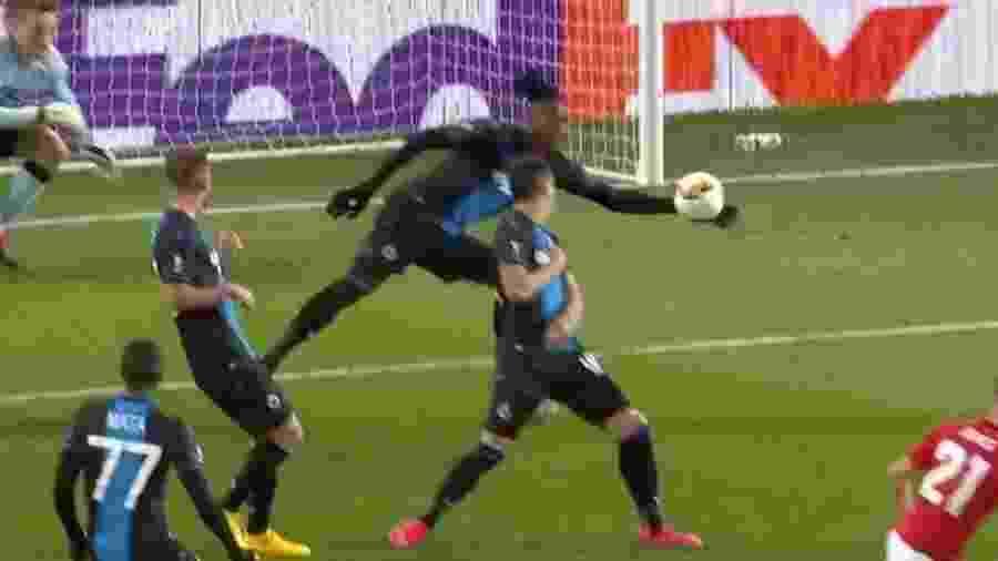 Simon Deli, do Brugge, defendeu lance com a mão e foi expulso diante do Manchester United pela Liga Europa  - Reprodução