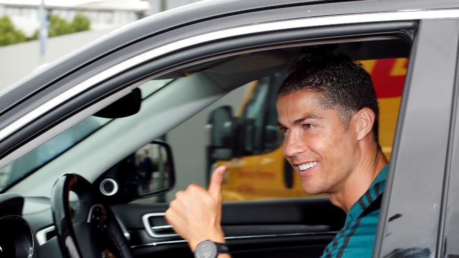 19.mai.2020 - Sem máscara, Cristiano Ronaldo sorri ao deixar o centro de treinamento da Juventus - Alessandro Garofalo/Reuters
