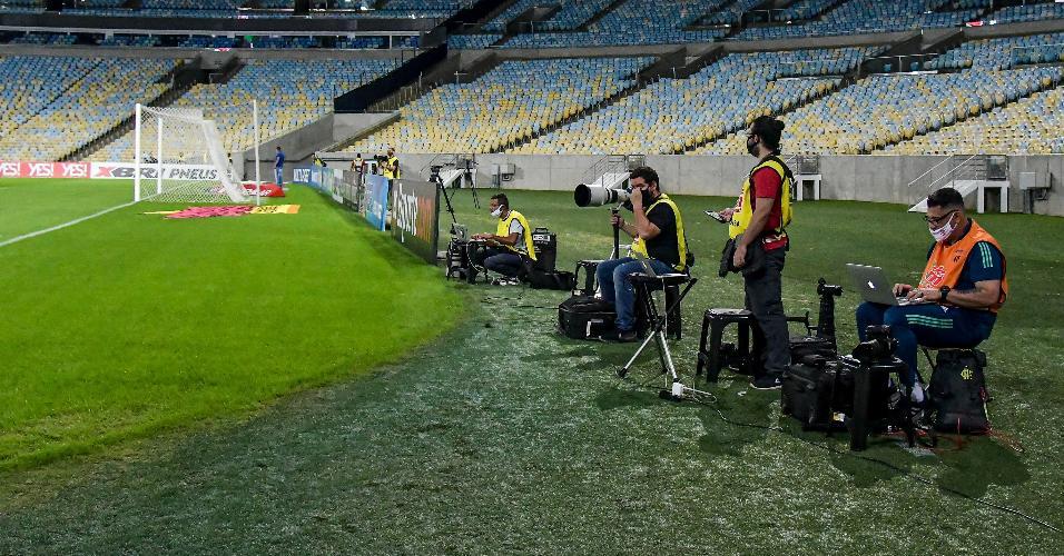 Jornalistas trabalham de máscara no Maracanã, na partida entre Flamengo e Bangu