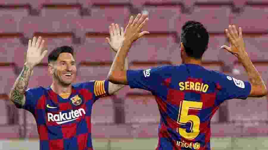 Lionel Messi e Sergio Busquets comemoram gol do Barcelona em jogo contra o Atlético de Madri - REUTERS/Albert Gea