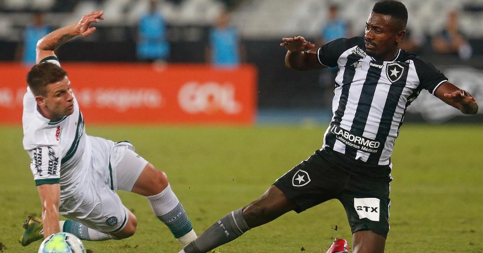 Kalou sofre falta de Galdezani, na partida entre Botafogo x Coritiba