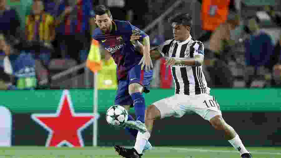 Messi e Dybala disputam bola no duelo entre Barcelona e Juventus, pela Liga dos Campeões, em setembro de 2017 - VI Images via Getty Images