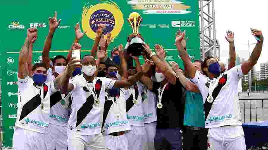Jogadores do Vasco erguem troféu que representa o tricampeonato brasileiro de Beach Soccer - Flickr da CBSB / Bruno Maia/NB Photopress