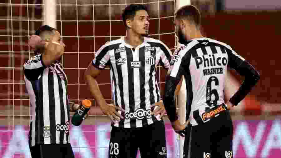 Pará, Lucas Veríssimo e Wagner Leonardo conversam durante o jogo entre Santos e LDU - Staff Images/CONMEBOL