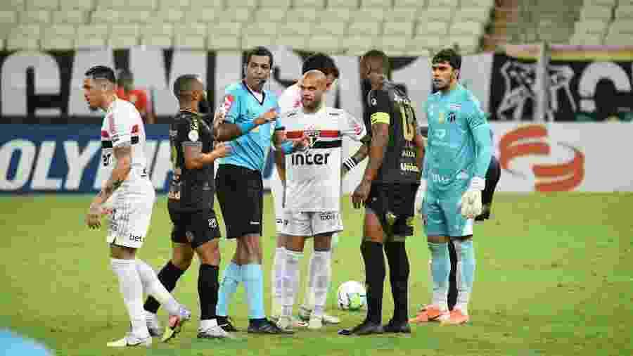 Anulação do gol do São Paulo causou polêmica no empate diante do Ceará - Kely Pereira/AGIF
