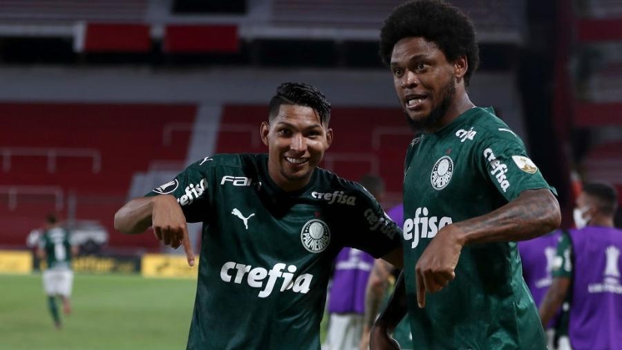 Rony e Luiz Adriano comemoram gol do Palmeiras na semifinal da Libertadores contra o River Plate - Juan I. Roncoroni ? Pool/Getty Images