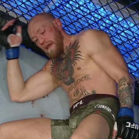 McGregor no chão do óctogono após ser nocauteado por Dustin Poirier no UFC 257 - Reprodução - Reprodução
