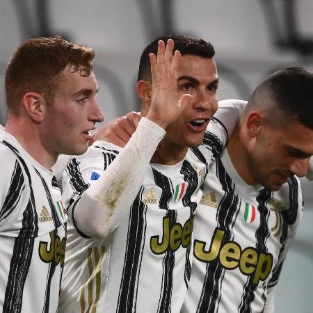 Cristiano Ronaldo comemora um de seus gols na partida contra o Crotone pelo Campeonato Italiano - MARCO BERTORELLO / AFP