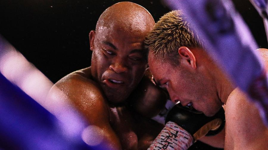 Anderson Silva enfrenta Júlio César Chávez em  luta de boxe em Guadalajara, no México - Manuel Velasquez/Getty Images