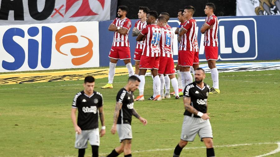 Jogadores do Náutico celebram gol contra o Vasco, em São Januário, pela Série B do Brasileiro - DHAVID NORMANDO/FUTURA PRESS/FUTURA PRESS/ESTADÃO CONTEÚDO