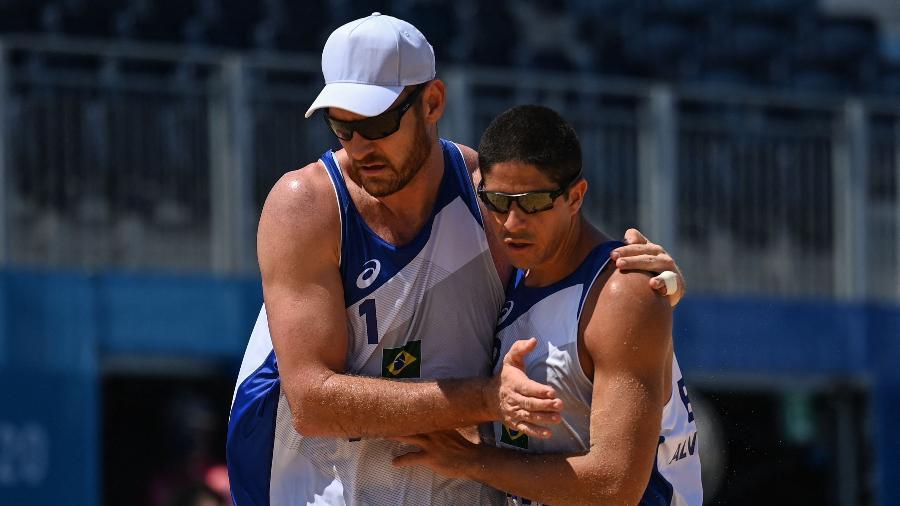 Alison e Álvaro durante estreia nos Jogos Olímpicos de Tóquio  - Angela WEISS / AFP