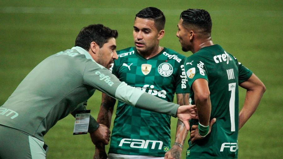 Abel Ferreira passa instruções a Dudu e Rony durante jogo do Palmeiras - VINICIUS NUNES/AGÊNCIA F8/ESTADÃO CONTEÚDO