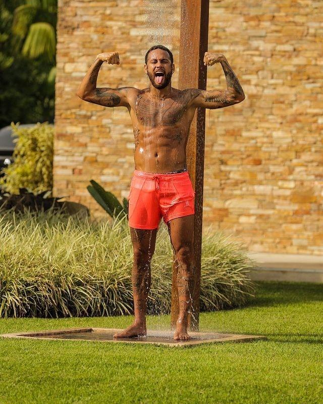 Neymar posa de short laranja em sua mansão em Mangaratiba (RJ)
