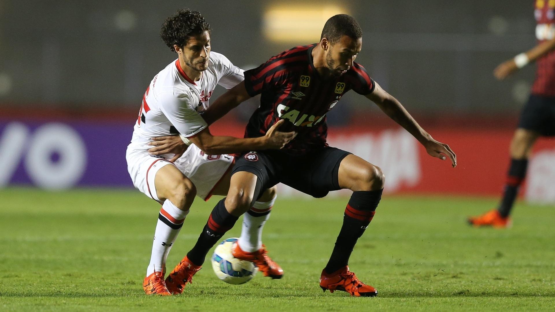 Hudson marca o adversário em lance do jogo entre São Paulo e Atlético-PR