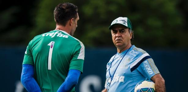 Marcelo Oliveira conversa com Fernando Prass durante treino do Palmeiras
