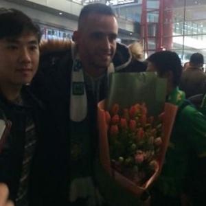 Renato Augusto é recepcionado pela torcida do Beijing Guoan em sua chegada à China - Reprodução