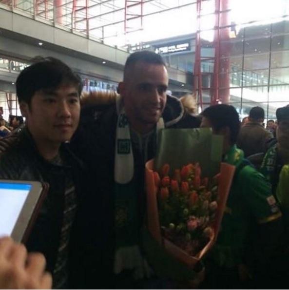 Renato Augusto é recepcionado pela torcida do Beijing Guoan em sua chegada à China