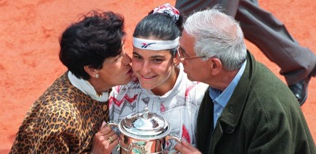 Aranxta Sanchez recebe beijo dos pais após conquista; tenista foi expulsa do velório  - AFP PHOTO / JOEL ROBINE