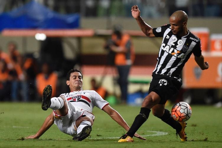 Ganso fica no chão após dividida com Cazares, na Libertadores