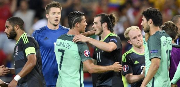 Cristiano Ronaldo e Bale se abraçam após partida entre País de Gales e Portugal na Euro