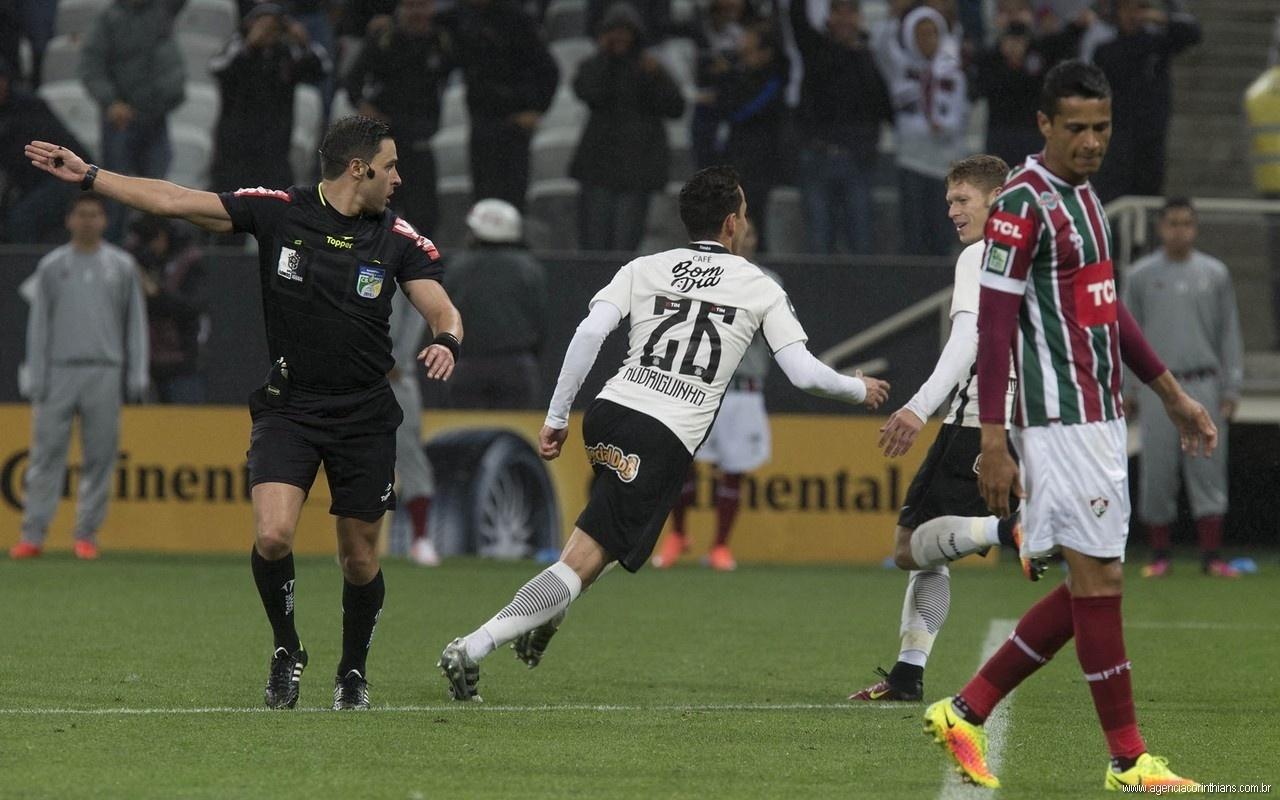 Rodolfo Toski Marques em ação durante a partida entre Corinthians e Fluminense