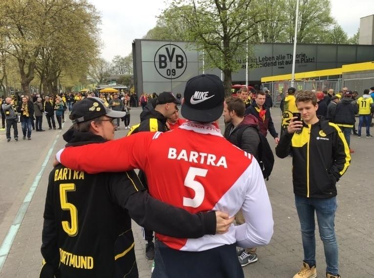 Torcedores de Monaco e Borussia homenageiam Bartra, do Borussia, que se feriu nas explosões ocorridas próximas ao ônibus do time, na terça