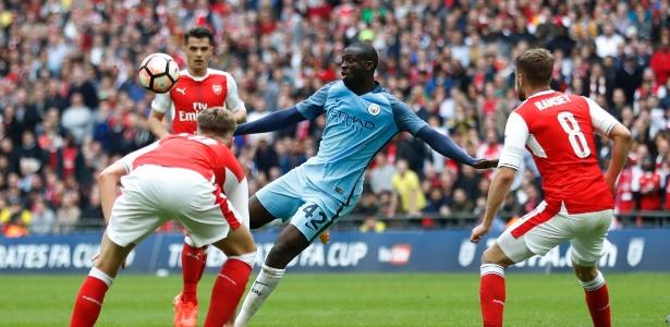 Ya Ya Touré, do Manchester City, finaliza para o gol de primeira após rebote da defesa do Arsenal em jogo pelas semifinais da Copa da Inglaterra