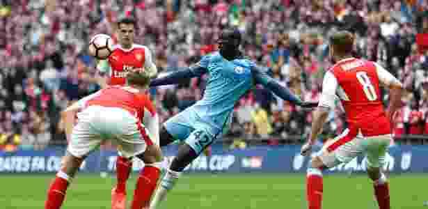Ya Ya Touré, do Manchester City, finaliza para o gol de primeira após rebote da defesa do Arsenal em jogo pelas semifinais da Copa da Inglaterra - Carl Recine Livepic/Reuters