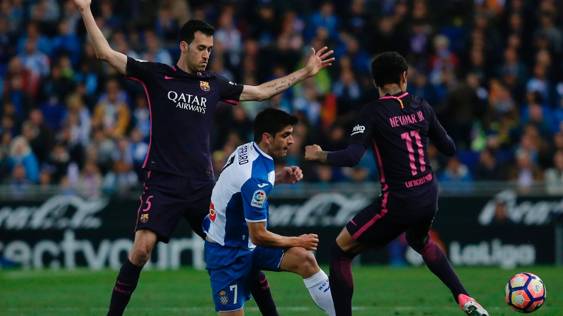 Neymar tenta o domínio pelo Barça em partida contra o Espanyol