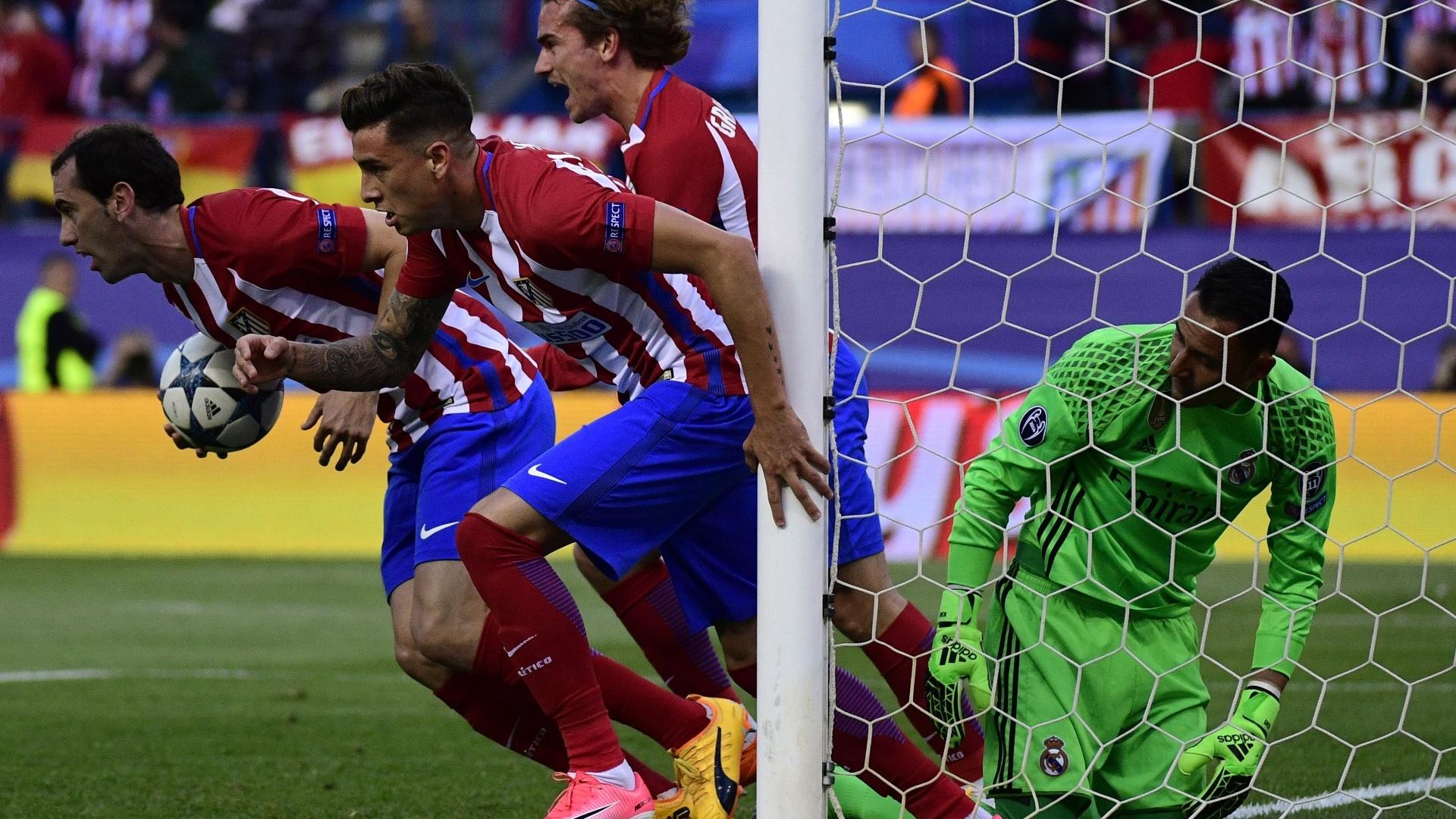 Godín e Griezmann comemoram gol do Atlético de Madri contra o Real Madrid