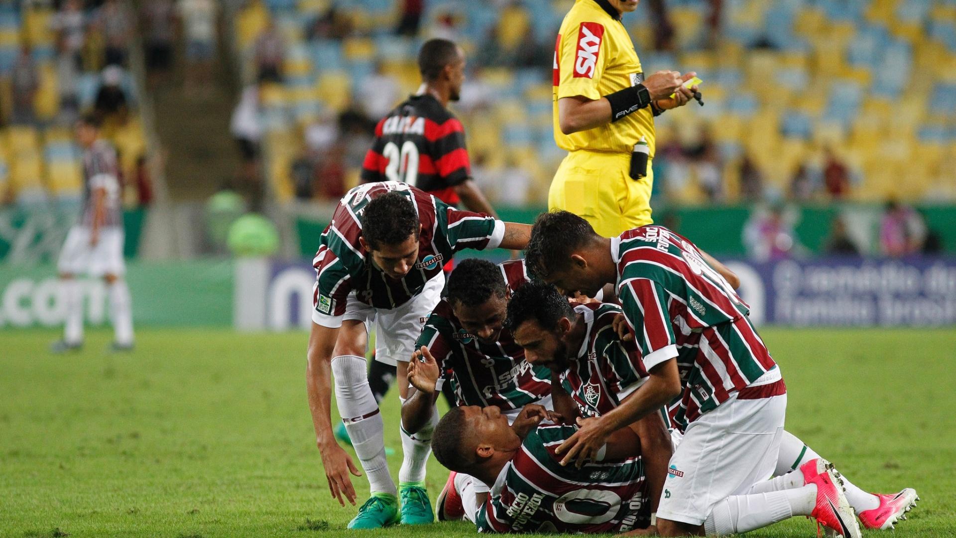 Jogadores do Fluminense comemoram gol de Richarlison diante do Vitória pelo Campeonato Brasileiro